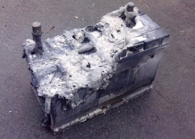 Згоріла свинцево-кислотна акумуляторна батарея