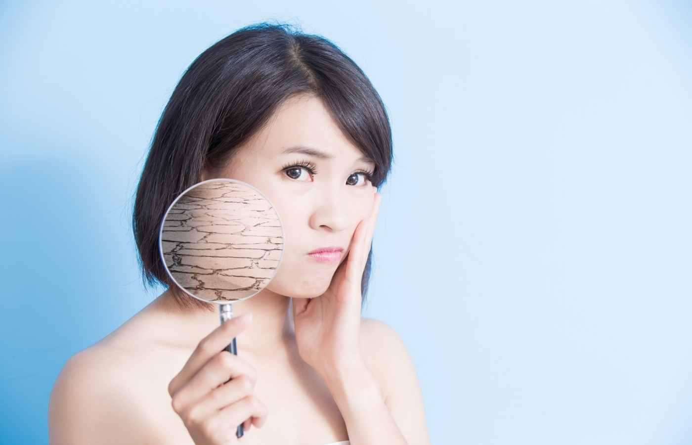 Сухість шкіри викликана сухим повітрям в приміщенні