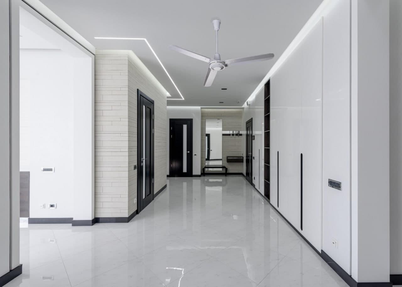 Пример интеграции потолочного вентилятор в дизайн помещения