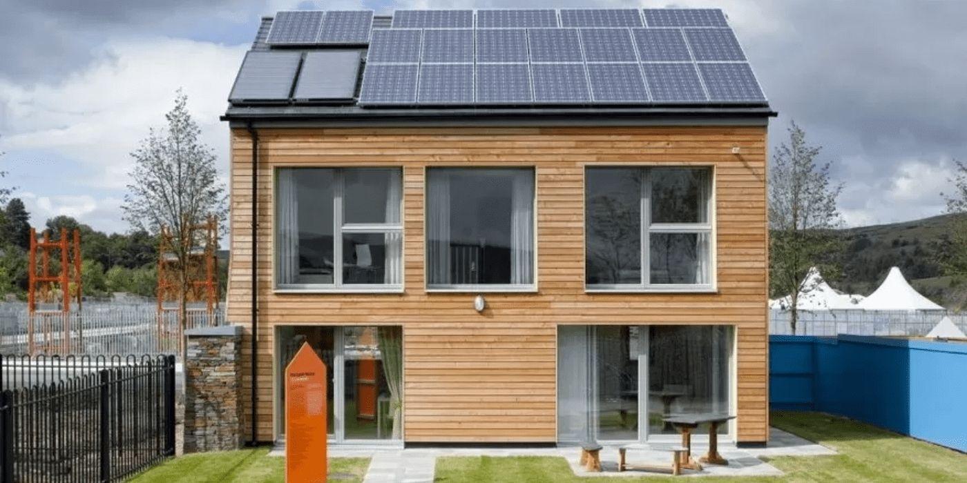 Фасад енергозберігаючого будинку з альтернативними джерелами енергії на даху