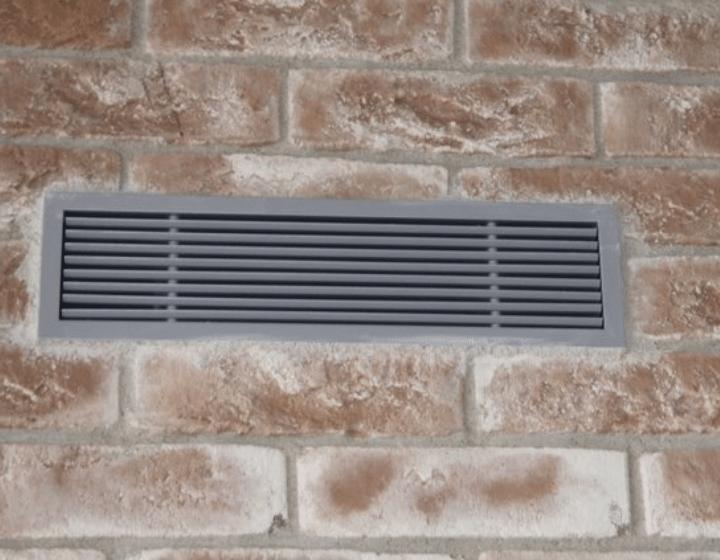 Повітророзподільні пристрої припливної вентиляції у приміщенні вітальні