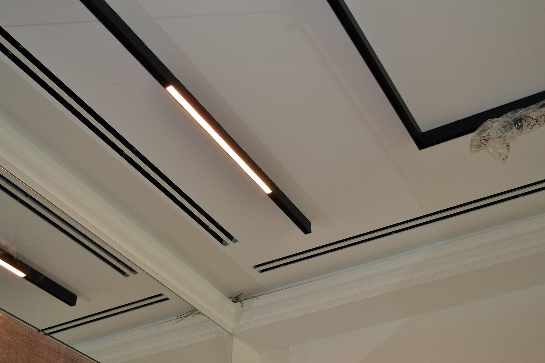 Двощілинні дифузори та елементи освітлення у вітальні