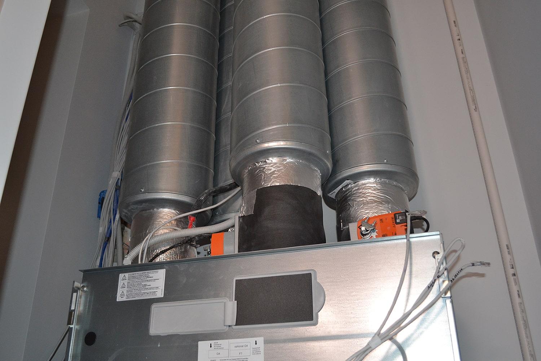 Вентиляційна установка з повітроводами для забору та подачі повітря