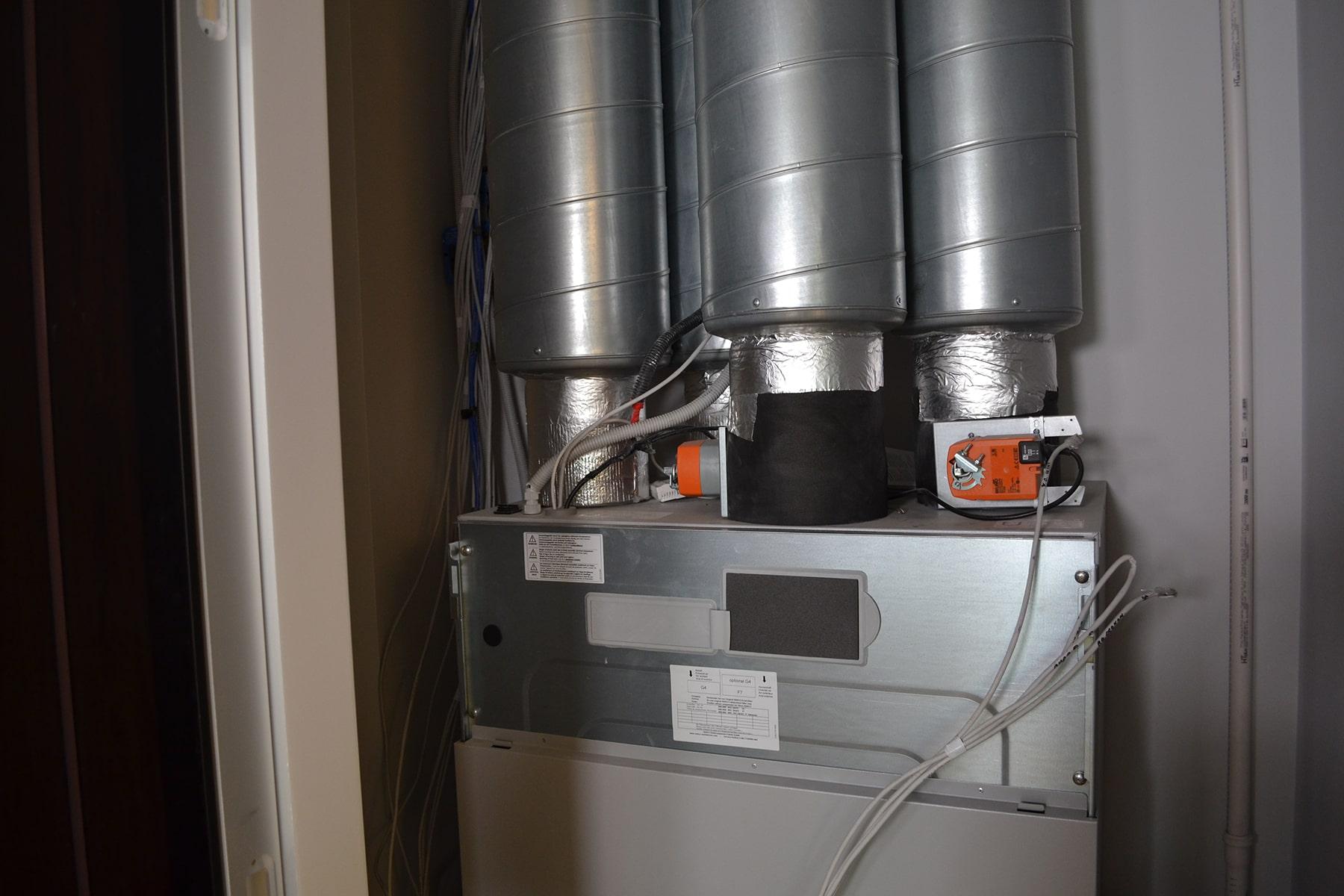 Вентиляційна установкаму у технічному приміщенні квартири